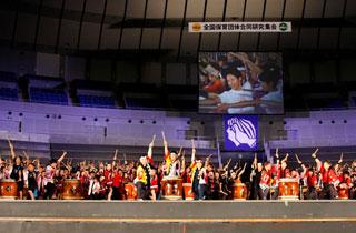 プロ奏者の友野龍士さんと全国の太鼓仲間570人が130台の和太鼓で共演