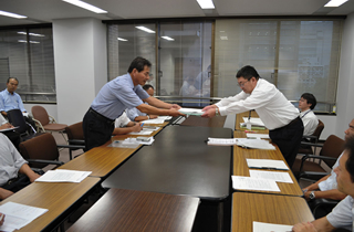 県人事委員会に1200筆の署名を提出する長平弘・前千葉県本部委員長(左)